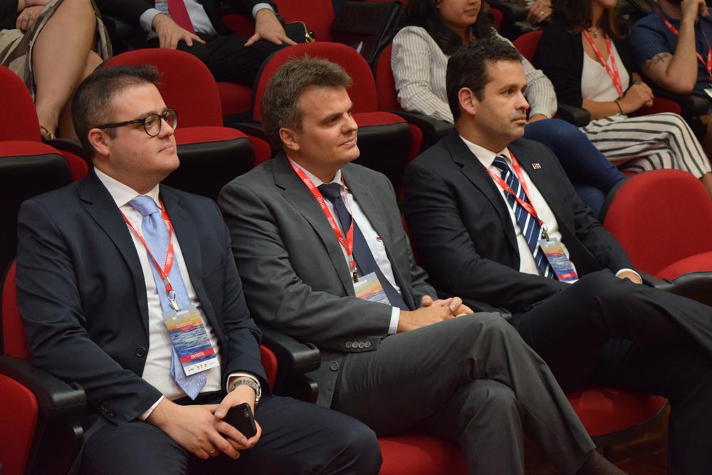 Componente do IBDMAR ao lado do professor André de Paiva Toledo