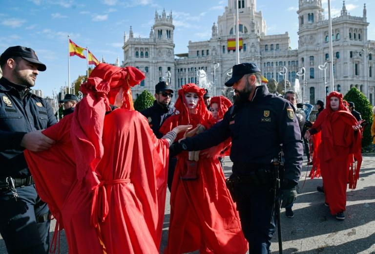Ativistas da rebelião da extinção estão nas ruas de Madri protestando, mas a marcha principal acontece na sexta-feira