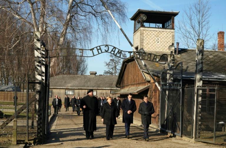 A chanceler alemã, Angela Merkel, o primeiro-ministro polonês, Mateusz Morawiecki, e o diretor do Museu de Auschwitz-Birkenau, Piotr Cywinski