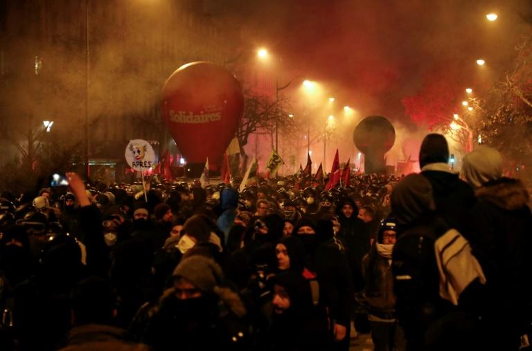 Manifestantes seguram bandeiras do sindicato durante uma manifestação para protestar contra a reforma da previdência, em Paris, como parte de uma greve geral nacional