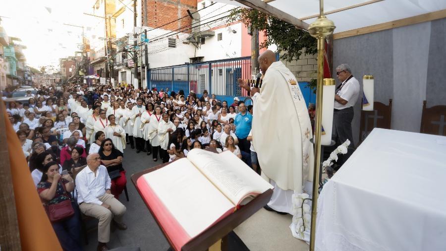 Padre Luciano Borges celebra missa de sétimo dia em memória aos nove mortos por pisoteamento após ação da PM