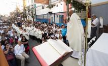 Padre Luciano Borges celebra missa de sétimo dia em memória aos nove mortos por pisoteamento após ação da PM (Alice Vergueiro/Estadão Conteúdo)