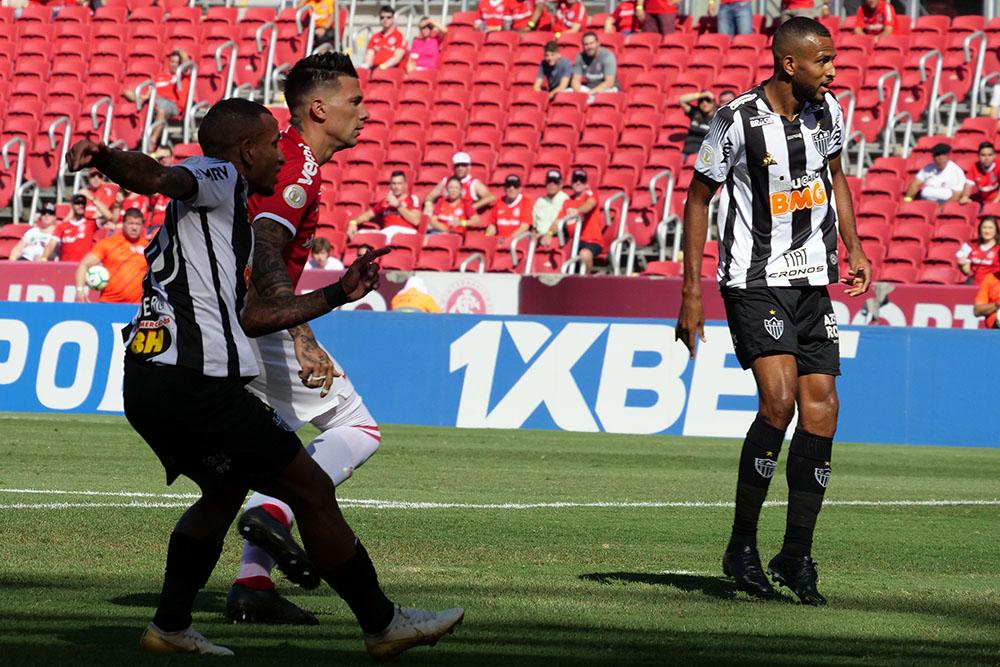 Momento do gol de Otero, do Atlético, durante disputa contra o Inter