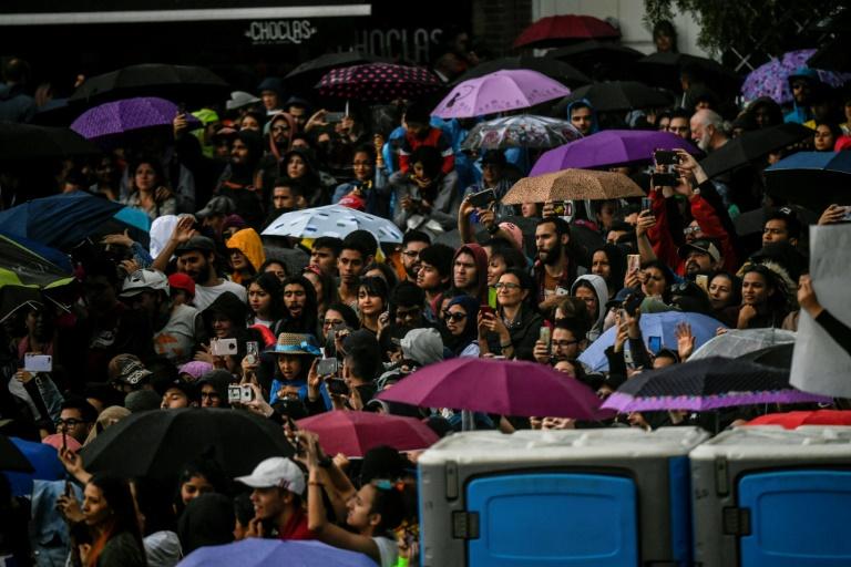 Pessoas participam de show organizado por artistas colombianos em apoio aos protestos contra o governo do presidente Iván Duque, em Bogotá