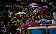 Pessoas participam de show organizado por artistas colombianos em apoio aos protestos contra o governo do presidente Iván Duque, em Bogotá (AFP)