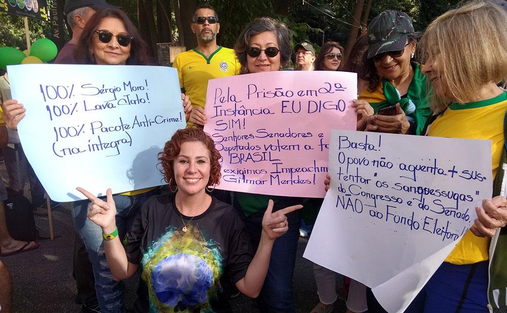 Zambelli posa com apoiadores na Avenida Paulista: ataques à deputada Joice Hasselman
