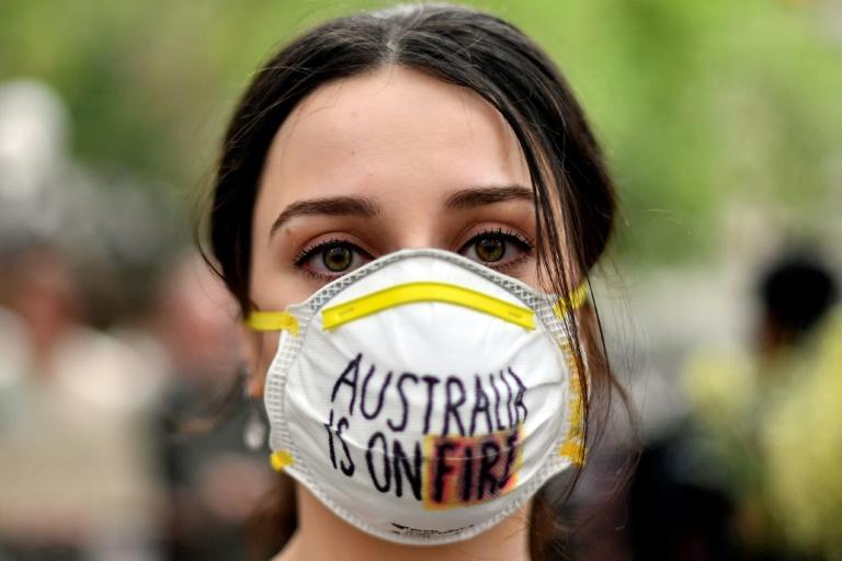 Cerca de 20.000 manifestantes protestam em Sydney exigindo ação climática urgente do governo da Austrália, já que a fumaça de um incêndio que sufocava a cidade fez com que os problemas de saúde aumentassem