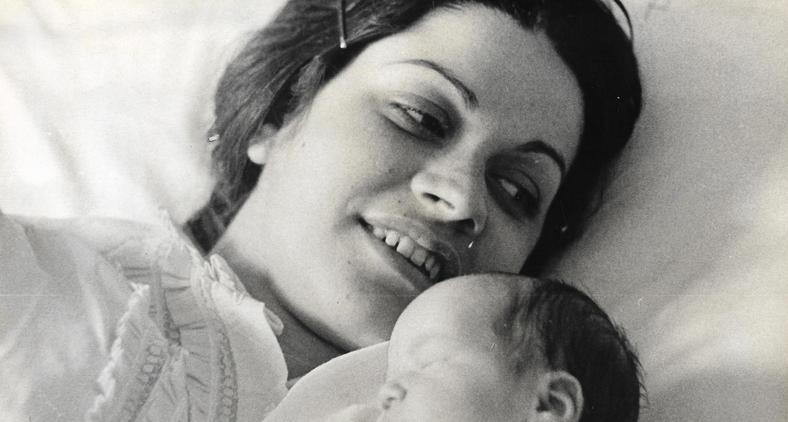 Vejo as imagens amareladas de um velho álbum, o sorriso dela olhando o filho recém-parido (Lisca Pires)