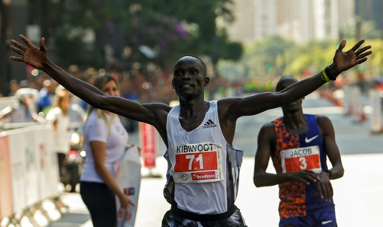 O queniano Kibiwott Kandie ao cruzar a linha de chegada e vencer a Corrida de São Silvestre, em São Paulo