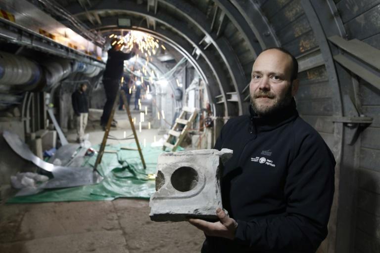 Arqueólogo Ari Levi exibe pedaço da tabela de medidas de 2 mil anos em Jerusalém, no dia 6 de janeiro de 2020.