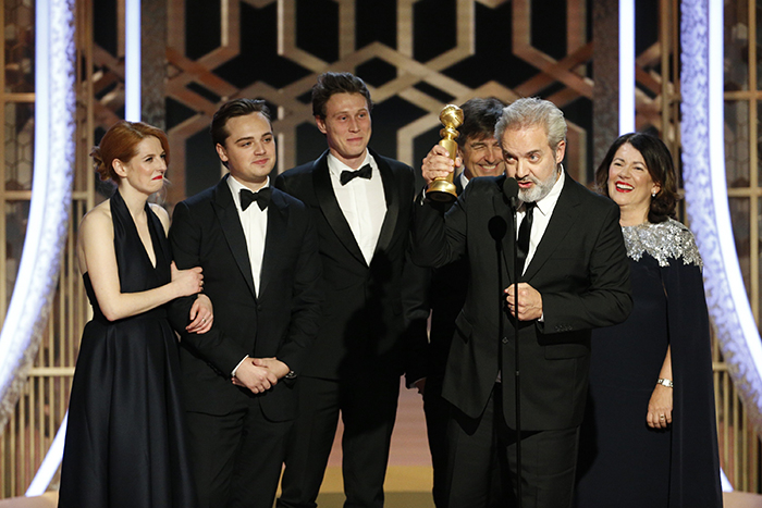Diretor Sam Mendes discursando após '1917' receber o Globo de Ouro de Melhor Filme Dramático