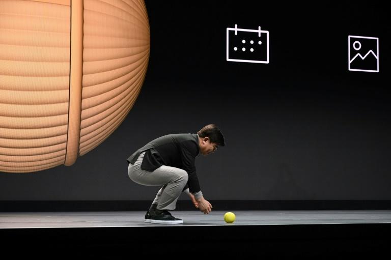 O chefe de eletrônica da Samsung, Hyun-Suk Kim, apresenta Ballie, um robô doméstico, na véspera da abertura ao público do Salão CES de Las Vegas