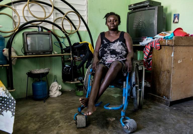 Herlande Mitile, de 36 anos, posa dentro de sua casa, no Haiti