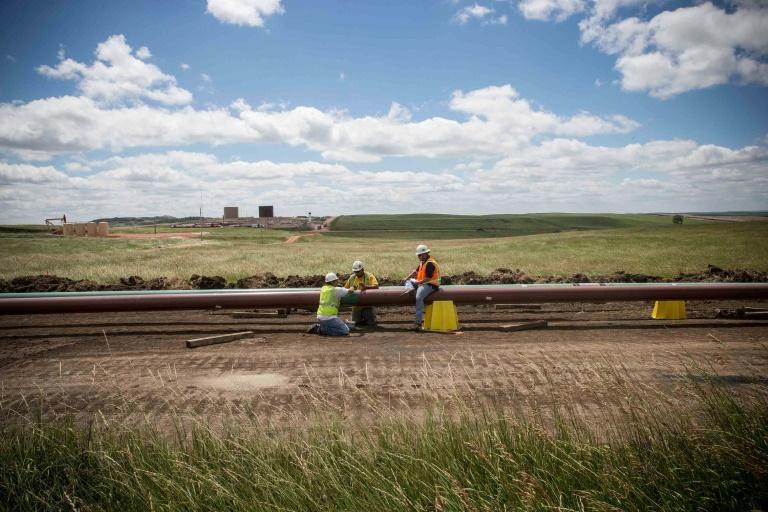 Trabalhadores constroem oleoduto em Dakota do Norte em 2013