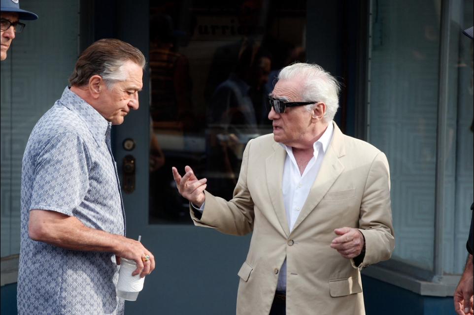 O cineasta Scorsese conversa no set com o velho amigo De Niro
