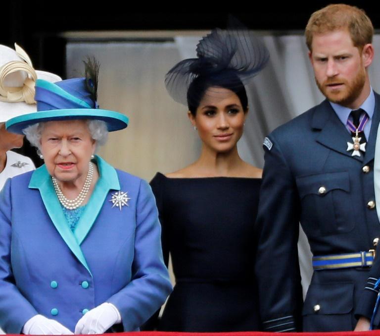A rainha Elizabeth II (esq), a duquesa de Sussex, Meghan Markle (c) e o príncipe Henry (dir), no palácio de Buckingham
