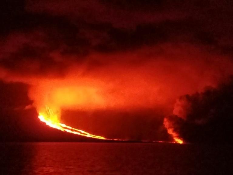 Erupção do vulcão La Cumbre na ilha equatoriana de Galápagos