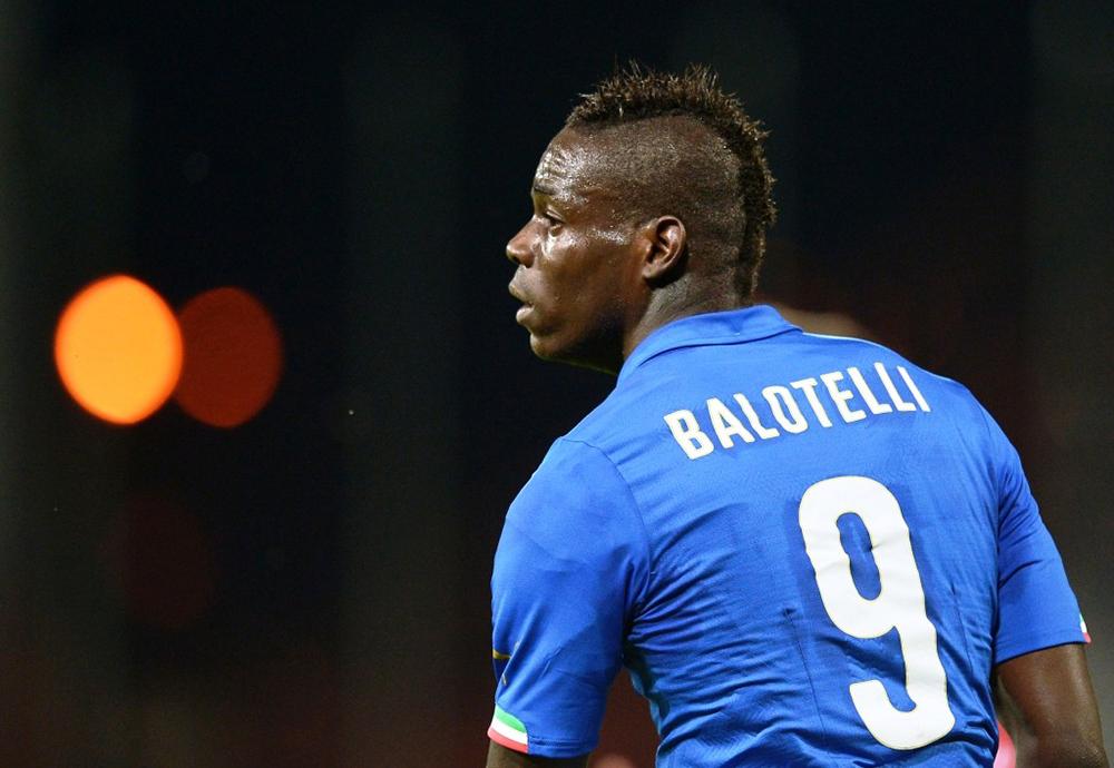 O jogador do time italiano do Brescia, Mario Balotelli, filho de imigrantes ganeses, foi vítima de urros de gorila pelos torcedores rivais, toda vez que pegava na bola