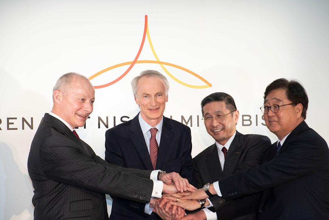 Executivos das montadores durante acordo em março de 2019