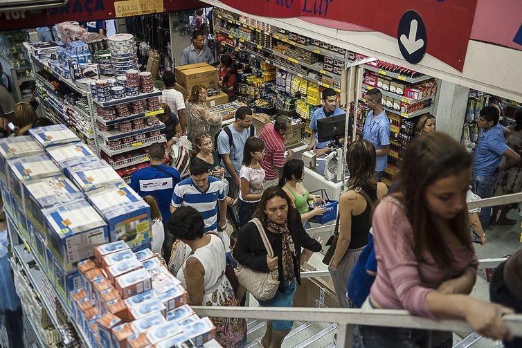 Consumidores preferem esperar saldões para fazer compras de maior valor
