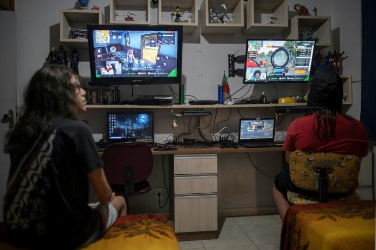 Os irmãos Guilherme e Arthur assistem a um vídeo no Youtube sobre o jogo Free Fire