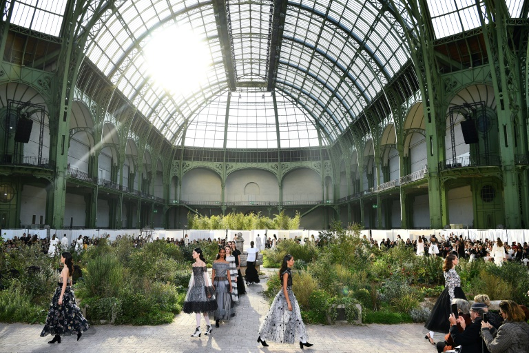 Modelos exibem criações da Chanel na apresentação da coleção primavera-verão 2020-2021 no Grand Palais, em Paris, 21 de janeiro de 2020