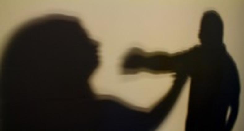 Falavam sobre a chuva numa tímida cumplicidade, quando ouviram o grito de mulher (Agência Brasil)