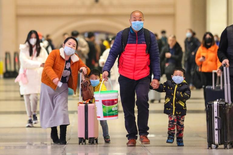 Viajantes com máscaras na estação de Hankou, Wuhan (China), em 21 de janeiro