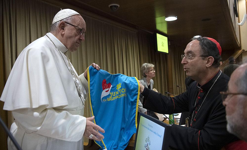 Em fevereiro de 2019, papa Francisco recebeu do cardeal Sérgio da Rocha o colete dos voluntário de Brumadinho