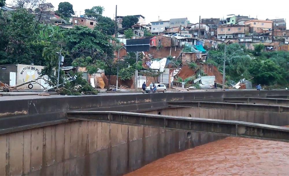 Chuvas contínuas provocaram deslizamento de encostas em áreas de risco