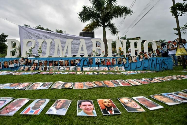 Um ano após a tragédia, fotos das vítimas de Brumadinho são expostas em frente ao letreiro localizado na entrada dessa cidade mineira