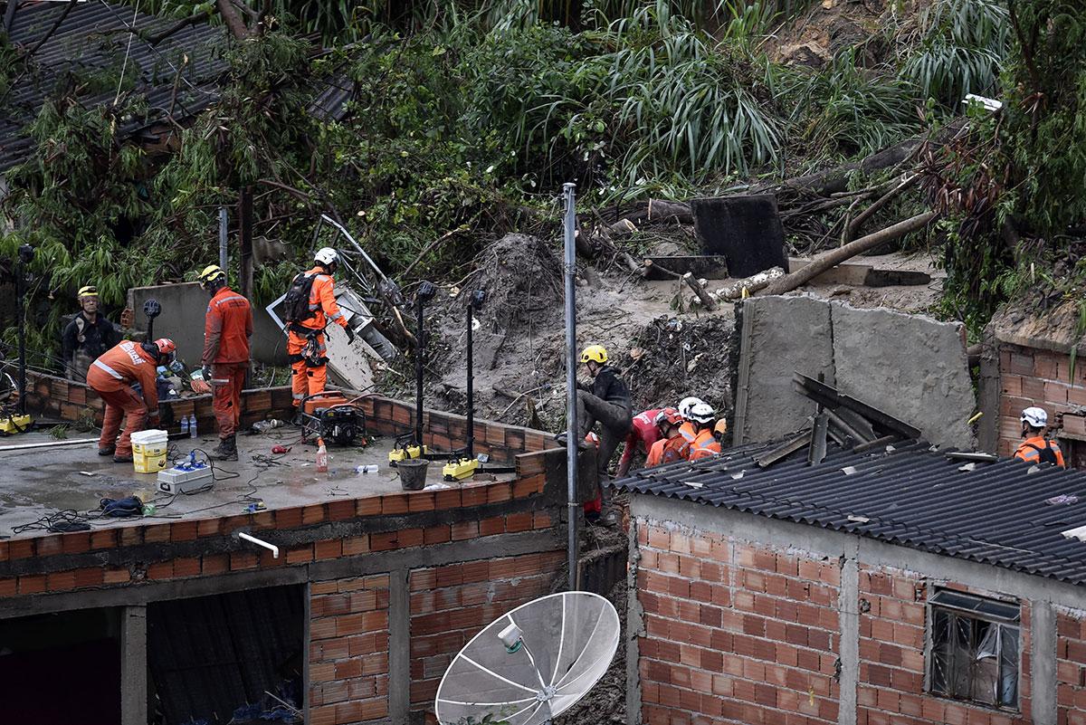 Bombeiros trabalham em Ibirité, aonde deslizamento matou duas crianças e a mãe