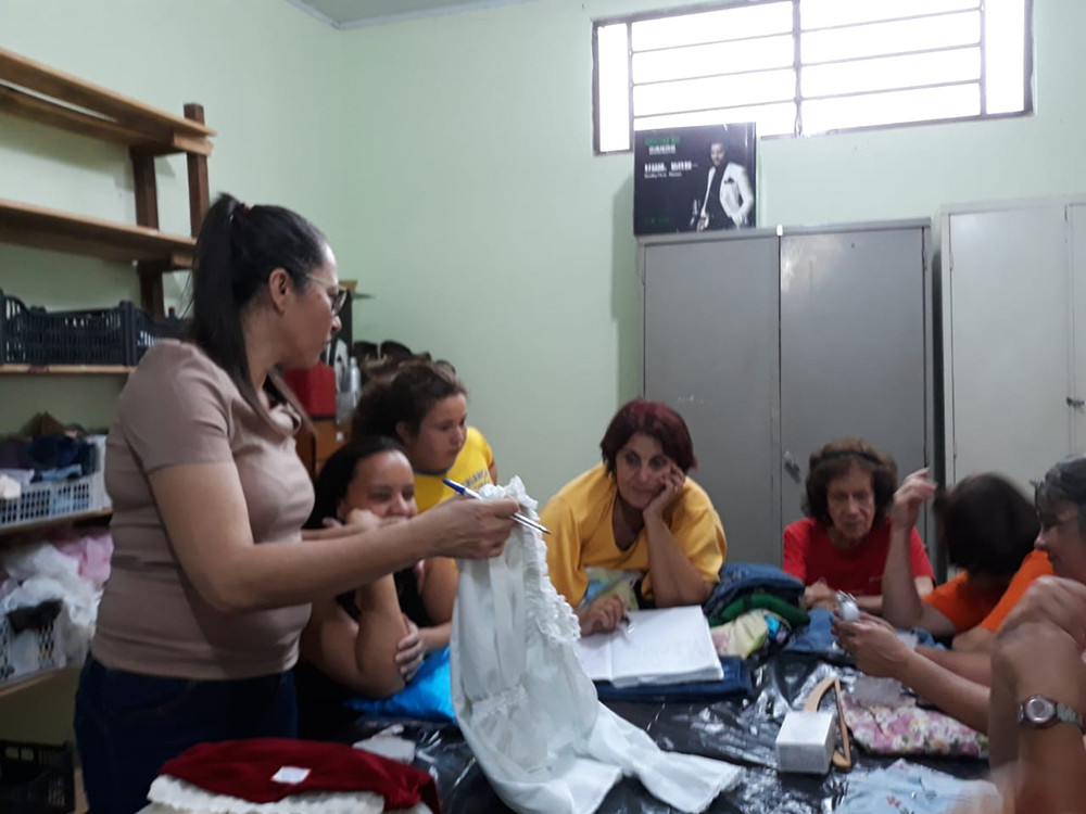 Participantes aprendem técnicas de recriação de roupas