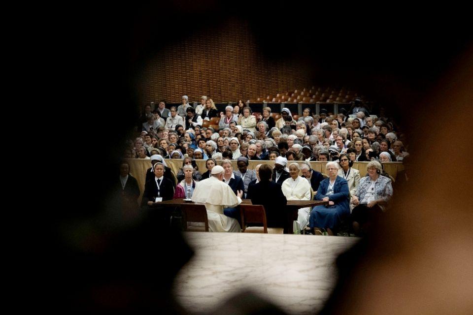 Francisco reunido com freiras da União Internacional das Superioras Gerais