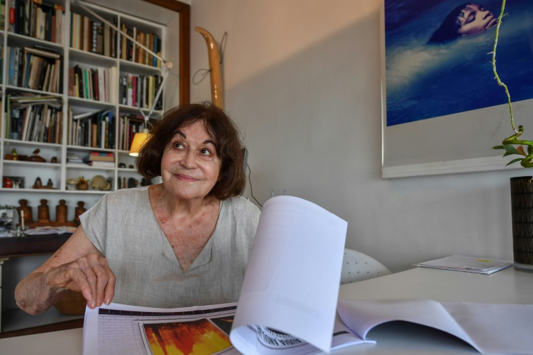 A fotógrafa brasileira nascida na Suíça Claudia Andujar sorri durante uma entrevista à AFP em São Paulo