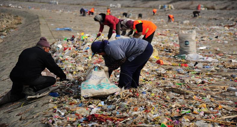 Eis, novamente, a pobreza na sua triste interface com a ecologia (REUTERS/CHINA STRINGER NETWORK)