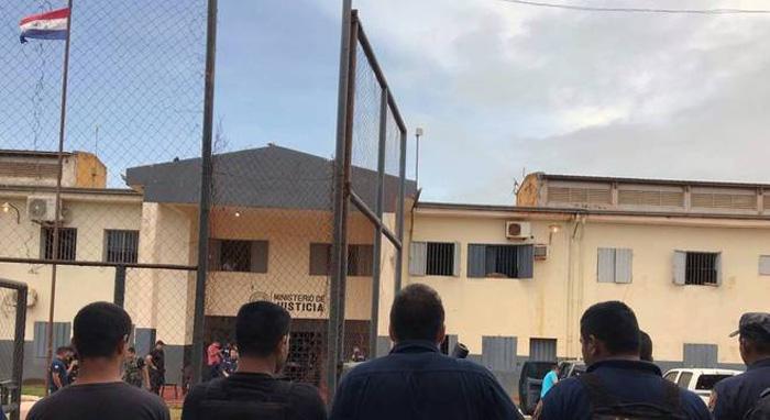 Agentes penitenciários montam guarda na penitenciária de Pedro Juan Caballero