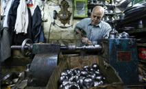 Artesão trabalha no sul de Teerã (AFP)