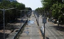 Táxi percorre uma estrada vazia durante toque de recolher de Janata, Índia (AFP)