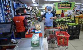 Ao comprar bens com o dinheiro oferecido pelo Estado, o consumidor teria teoricamente um efeito mais rápido sobre a economia (AFP)