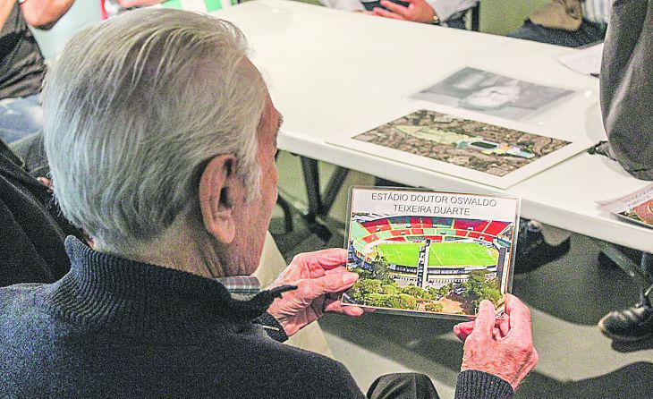 Idoso portador de Alzheimer observa foto do estádio Canindé, em atividade da pesquisa 'Revivendo Memórias' do Museu do Futebol