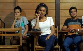 Kelita do Carmo assistindo uma das aulas do curso de Pedagogia (Florence Goisnard/AFP)