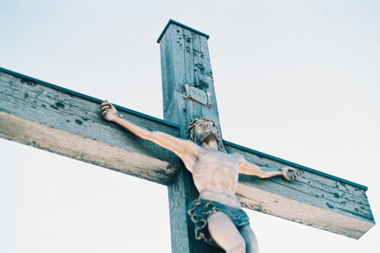 Ao contemplar o Crucificado, a nossa reação não pode ser de zombaria ou desprezo, mas de oração confiante e agradecida