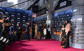"""O ator de """"Games of Thrones"""" Jason Momoa e sua esposa, a atriz Lisa Bonet, no tapete vermelho durante a estreia da última temporada da série (AFP/Arquivos)"""