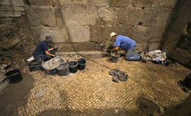 Arqueólogos israelenses participam de escavações subterrâneas perto do Muro das Lamentações (AFP)