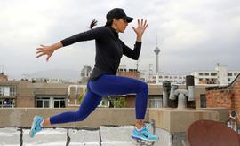 A atleta iraniana Maryam Toosi treina no teto de seu edifício, em Teerã (AFP)