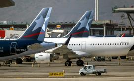 Aviões da LATAM estacionados no Aeroporto Internacional de Santiago (Martin Bernetti/AFP)
