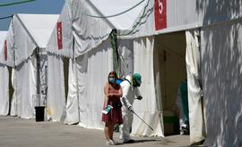 Uma mulher sai depois de fazer um exame de sangue em um ponto de teste temporário em Torrejon de Ardoz (AFP)