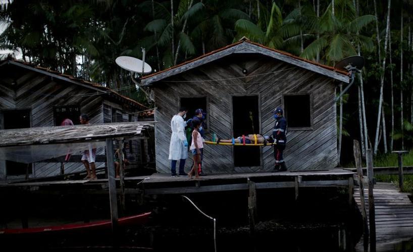 Médico Jorge Hernandez ao lado de Maria Angela, que teve resultado positivo em exame de Covid-19, em comunidade na ilha de Marajó