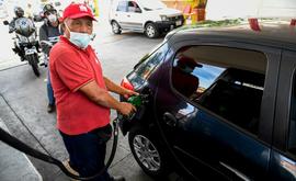 Funcionário de posto de gasolina abastece carro em Caracas (Arquivos/AFP)